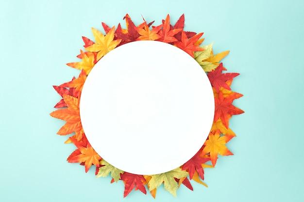 Fondo decorativo delle foglie di autunno di halloween del piatto vuoto