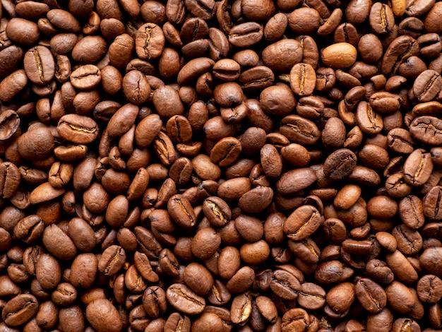 Fondo dei chicchi di caffè arrostito primo piano, vista superiore, spazio della copia
