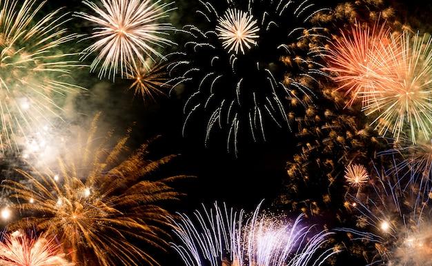Fondo dei fuochi d'artificio del nuovo anno, concetto di desideri del nuovo anno