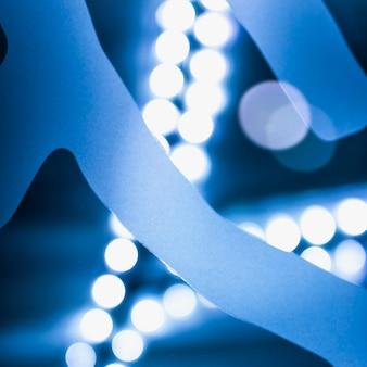 Fondo del bokeh illuminato estratto blu