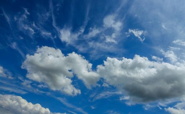 Fondo del cielo blu con il giorno soleggiato delle nuvole
