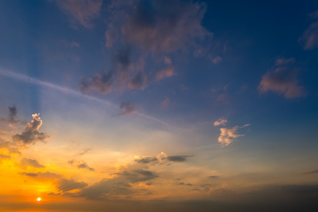 Fondo del cielo di tramonto sulla spiaggia di estate