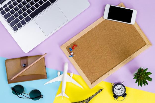Fondo del computer portatile, posto di lavoro moderno con lo spazio del computer portatile, dello smartphone e della copia sul fondo di colore.