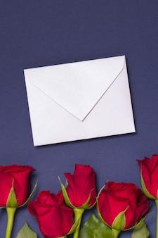 Fondo del messaggio di giorno di biglietti di s. valentino, fondo blu senza cuciture con le rose rosse, nota