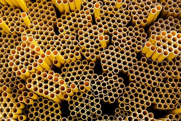 Fondo del modello dei tubi di plastica gialli del pvc