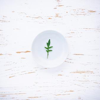 Fondo dell'alimento e concetto dell'insalata con la disposizione selvaggia del piano del razzo
