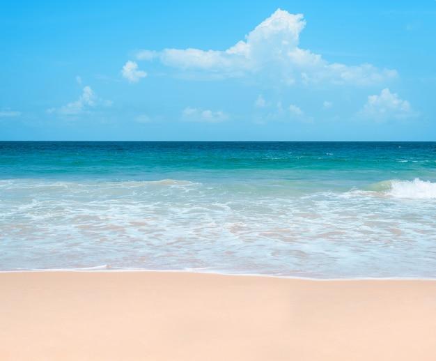 Fondo dell'oceano e del cielo blu del mare calmo