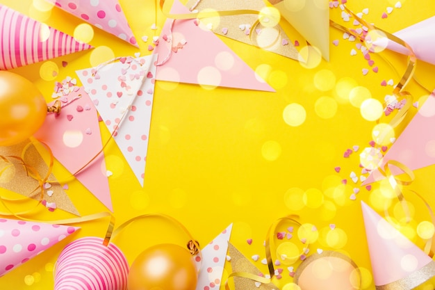 Fondo della festa di compleanno su giallo