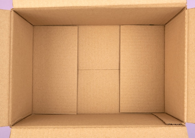 Fondo della scatola di cartone marrone vuota aperta