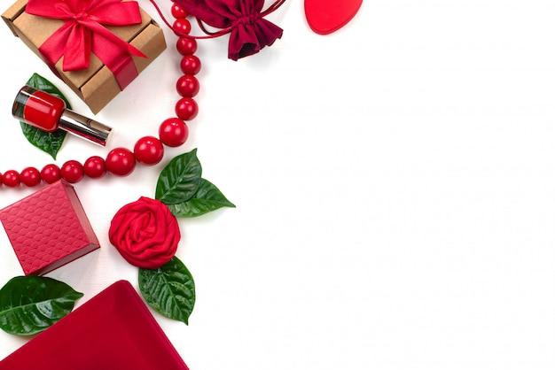 Fondo di bianco dei cosmetici degli accessori d'imballaggio del contenitore di regalo