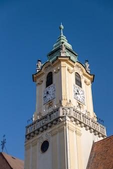 Fondo di bratislavas città vecchia hall clock tower e del cielo blu, slovacchia