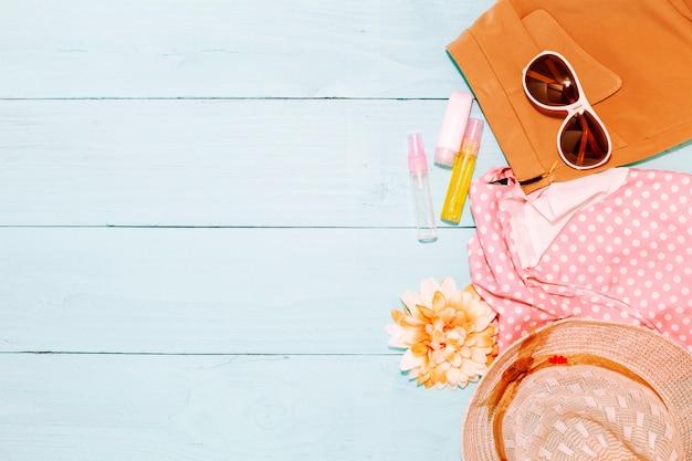 Fondo di estate, insieme di oggetti estivi e accessori su fondo di legno