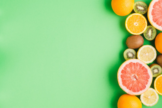 Fondo di frutti tropicali con copyspace a sinistra