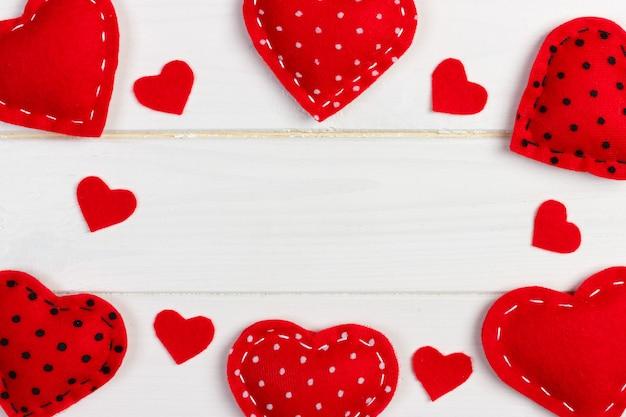 Fondo di giorno di biglietti di s. valentino con i cuori modellati del tessuto