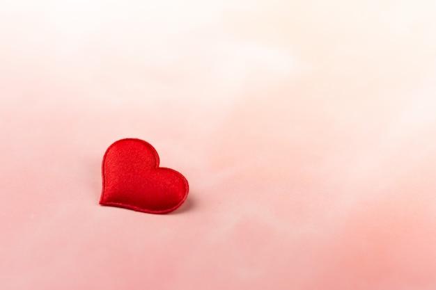 Fondo di giorno di biglietti di s. valentino con i cuori rossi sul contesto rosa. - amore e cura del concetto.