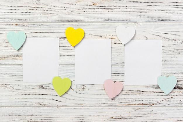 Fondo di giorno di biglietti di s. valentino con i cuori su fondo di legno