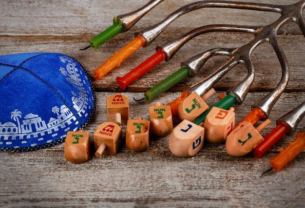 Fondo di hanukkah con menorah, dreidel sopra la lavagna