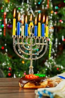 Fondo di hanukkah di simbolo di festa ebrea con menorah