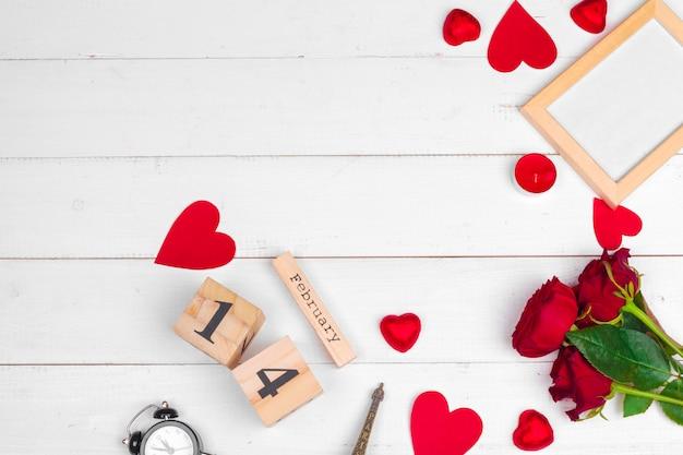 Fondo di legno bianco della data di calendario del cuore di celebrazione di festa di amore di vista superiore della disposizione romantica creativa del piano di composizione romantica
