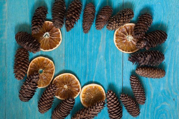 Fondo di legno blu con i coni con lo spazio della copia per testo