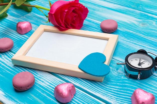 Fondo di legno blu della data rossa del calendario del cuore di celebrazione di festa di amore di vista superiore creativa romantica del piano della composizione di giorno romantico