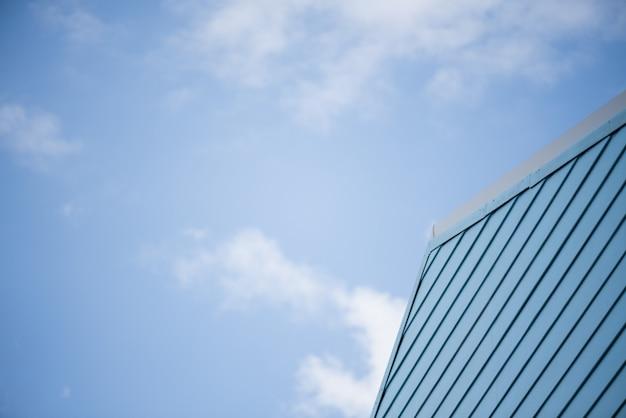 Fondo di legno pastello blu luminoso di struttura della tavola con la nuvola di bianco del cielo blu.