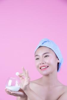 Fondo di rosa del cuscinetto della maschera di protezione della giovane donna.