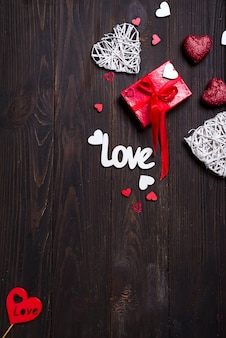 Fondo di san valentino con lettere d'amore e forme di cuore.