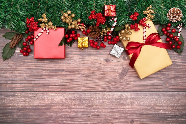 Fondo di stagione di natale e scatola di regalo di buon anno e ciliegia rossa
