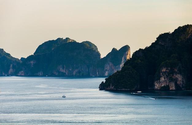 Fondo di vacanza di viaggio isola tropicale con l'isola di phi-phi della provincia di krabi delle località di soggiorno tailandia