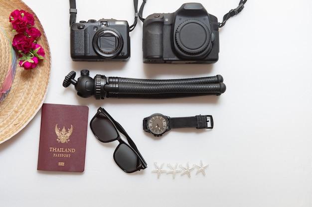 Fondo di vacanza estiva, concetto di viaggio con la macchina fotografica su bianco