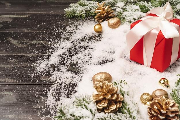 Fondo di vacanze invernali con lo spazio avvolto della copia e del regalo
