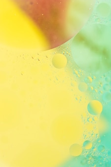 Fondo dipinto giallo e verde con il modello delle bolle