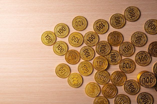 Fondo dorato della pila delle monete con lo spazio della copia