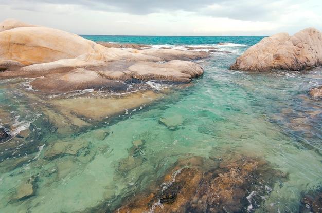 Fondo esotico del mare e delle pietre, acqua del mare o dell'oceano