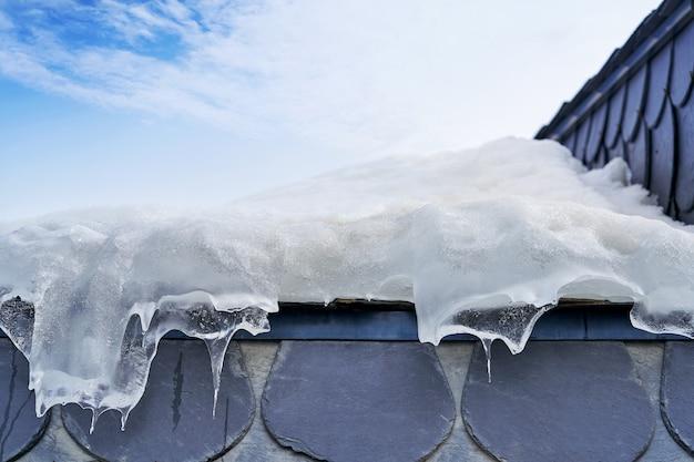 Fondo ghiacciato del dettaglio del primo piano del tetto