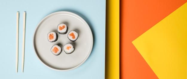 Fondo giapponese dell'estratto del piatto di sushi