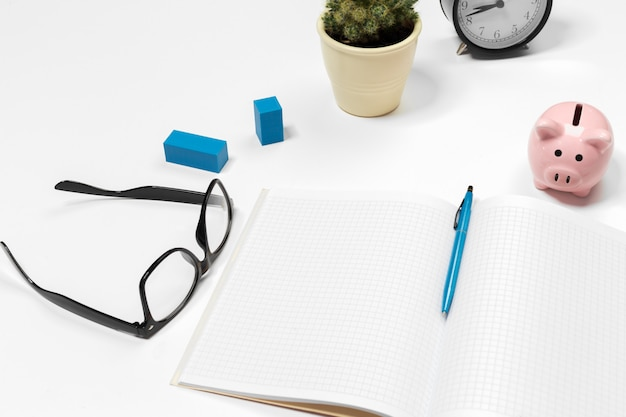 Fondo in bianco della scrivania con lo spazio della copia per il vostro testo. vista dall'alto.