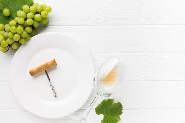 Fondo in legno bianco e bicchiere di vino secco