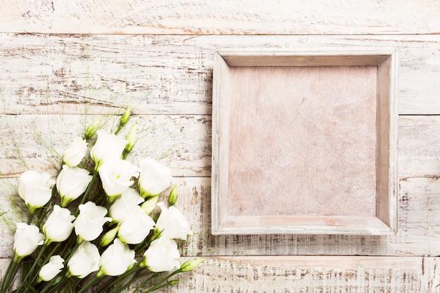Fondo in legno con bouquet di fiori bianchi