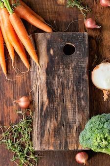 Fondo in legno con verdure