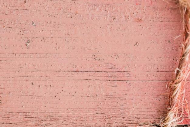 Fondo in legno vecchio recinto di legno colorato rosa misero.