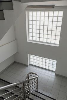 Fondo interno della sala scala del blocco di vetro