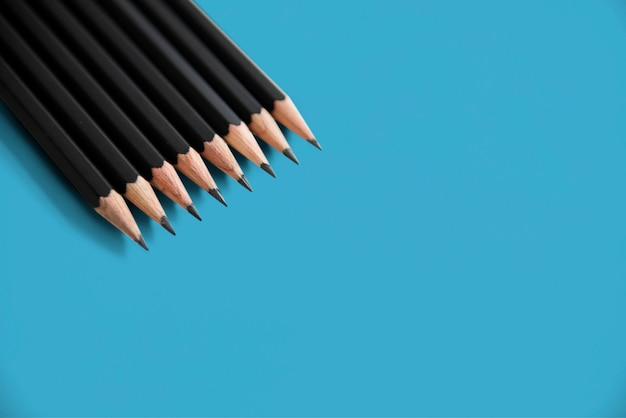 Fondo isolato strato allineato matite