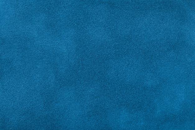 Fondo opaco blu scuro del tessuto della pelle scamosciata, primo piano.