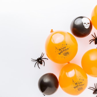 Fondo piano di disposizione di halloween su bianco