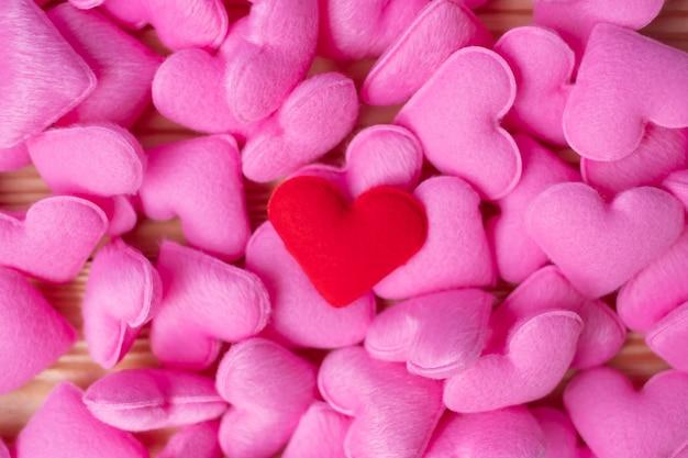 Fondo rosa della decorazione di forma del cuore. amore, matrimonio, romantico e felice concetto di vacanza di san valentino