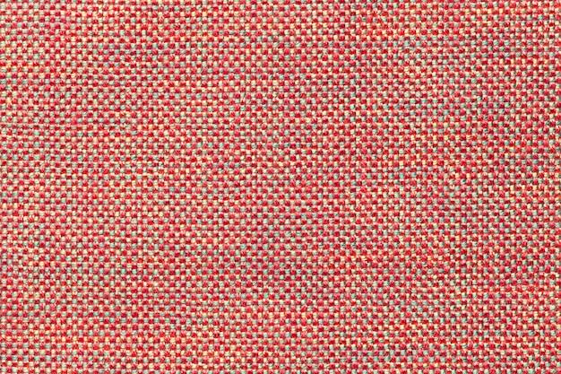 Fondo rosa scuro del tessuto con il modello di scacchi, primo piano.