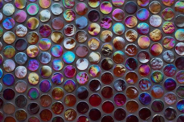Fondo rosso scuro approssimativo della parete delle mattonelle di vetro di mosaico