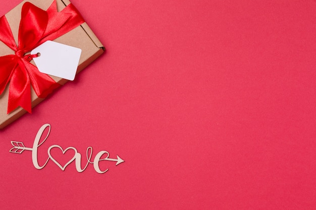 Fondo rosso senza cuciture romantico di giorno di biglietti di s. valentino, arco dell'etichetta del regalo, presente, amore, cuori
